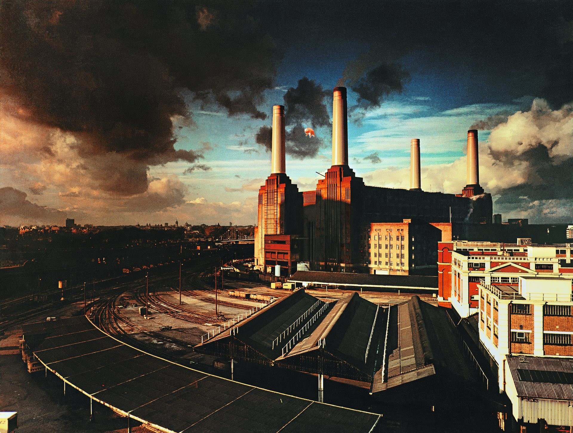 pink%20floyd%20wallpaper%20096%20 %201920x1451 - Pink Floyd's new 'Animals' takes in a railway!
